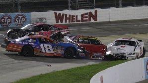 Cinci maşini au fost implicate într-un accident în lanţ în timpul cursei NASCAR din New Hampshire