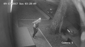 Ce păţeşti dacă nu ai alarmă la maşină. Un hoţ a spart un Logan şi a luat tot ce a găsit acolo (VIDEO)