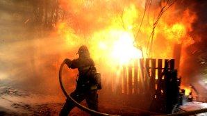 Un apartament dintr-un bloc a fost cuprins de flăcări în această noapte în sectorul Botanica. Două maşini de pompieri la faţa locului