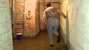Subsolul unui bloc din sectorul Botanica din Capitală a fost inundat. Apa atinge nivelul de aproape doi metri