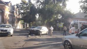 Accident grav în sectorul Centru al Capitalei. Două mașini s-au ciocnit violent, iar o pasageră a ajuns la spital (FOTO)