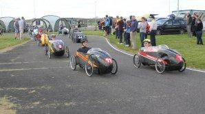 În Marea Britanie a avut loc cursa inedită a maşinilor cu pedale