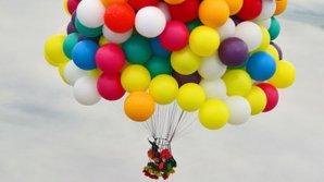 Experiență de nedescris. O femeie a zburat cu ajutorul a 20 de mii de baloane cu heliu