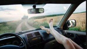 De ce să nu mai stai niciodată cu picioarele pe bord unei maşini, ca pasager