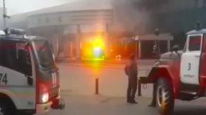 Un şofer a intrat cu maşina încărcată cu butelii de gaz  într-un cinematograf şi a aruncat cocktailuri Molotov