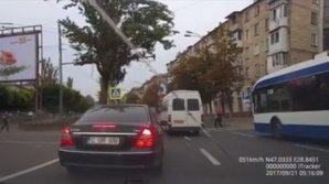 VEDETA ZILEI! Un şofer de microbuz era să calce o mamă cu un copil pe trecerea de pietoni (VIDEO)