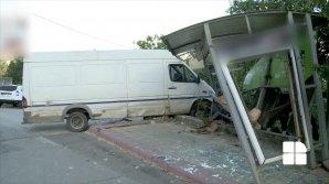 CA ÎN FILME! Un șofer a distrus o staţie de troleibuz din sectorul Buiucani, după ce a intrat cu maşina în ea