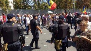 Un nou protest eșuat al partidelor de opoziție. În fața Parlamentului au venit doar 1.000 de persoane