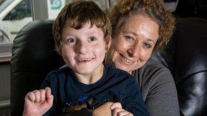 """Un copil de 7 ani este """"condamnat"""" să zâmbească tot timpul. COŞMARUL pe care îl trăieşte de la naştere"""