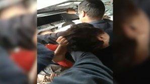 NO COMMENT: Mai multe femei S-AU TRAS DE PĂR pentru un loc în maxi-taxiul de pe linia 112 (VIDEO)
