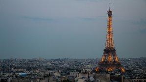 Turnul Eiffel va avea de jur-împrejurul său un zid de securitate, din sticlă rezistentă la gloanțe