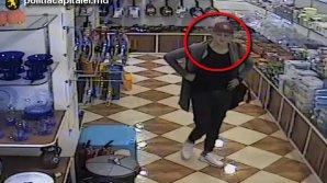 Ajută poliţia să găsească suspectul. Bărbatul din imagini a furat dintr-un magazin