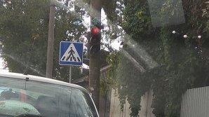 Verde pentru şoferi la roşu! Care este rostul săgeţilor cu indicaţia înainte, instalate la unele semafoare din Capitală