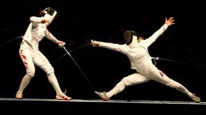 Luptă cu topoare, săbii şi spadele. Scrima cu arme de epocă, un gen de sport tot mai popular în rândul moldovenilor