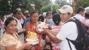 IMPRESIONANT! Un tort imens, care reprezintă vulcanul San Cristobal, fabricat de cofetarii din Nicaragua