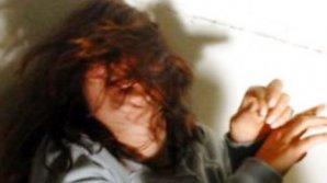Clipe de groază pentru o tânără de 21 de ani. Ce i-au făcut doi infractori pentru cinci euro