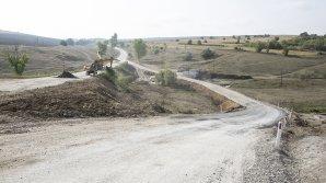 Se chinuie de atâţia ani să-l repare. Drumul spre Mănăstirea Ţâpova va fi gata până la finalul lui 2018 (FOTOREPORT)