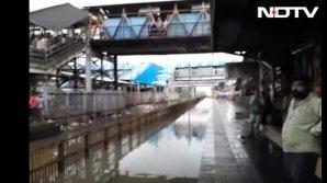 Zeci de oameni, udați din cap până în picioare de un tren (VIDEO VIRAL)