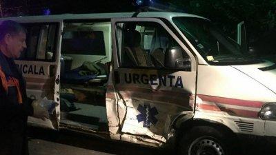 Accident în cartierul Telecentru! O ambulanţă a fost FĂCUTĂ ZOB (FOTO)