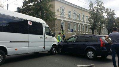 Accident în centrul Capitalei. Un automobil s-a lovit cu un microbuz de rută. Poliţia, la faţa locului (FOTO)