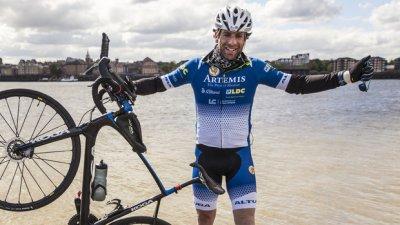 A făcut ocolul pământului pe bicicletă în 78 de zile. Mark Beaumont a doborât recordul mondial