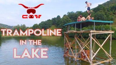 Membrii trupei Rad Cow au făcut diverse acrobaţii pe lac
