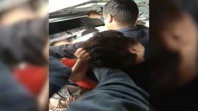 INJURII şi BĂTAIE între femei în maxi-taxiul 112. Reacţia administratorului rutei şi a poliţiei (VIDEO)