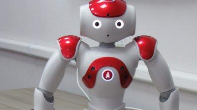 NEOBIŞNUIT! Studenţii de la UTM vor avea un nou coleg robot: Dansează, ascultă muzică şi poate vorbi (FOTO)