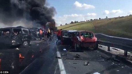 ACCIDENT DE GROAZĂ în Rusia. Momentul în care un TIR loveşte zeci de maşini şi EXPLODEAZĂ (IMAGINI SPECTACULOASE)