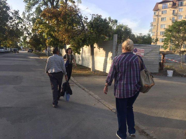 Mai mulţi pietonii din capitală nu au acces la trotuar, pentru că se ridică un bloc locativ