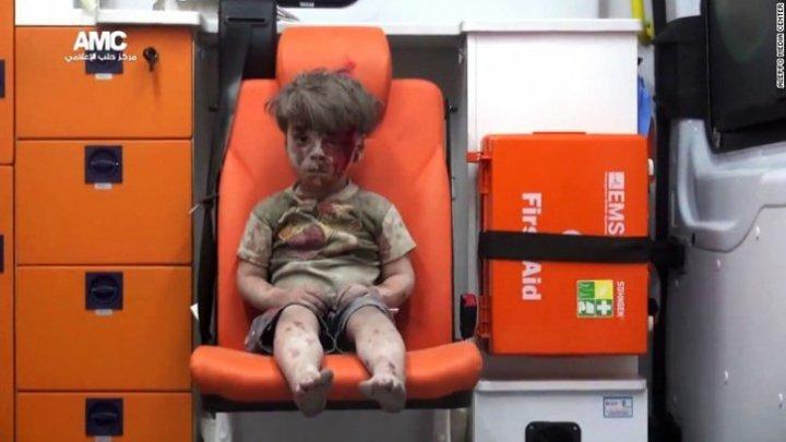 Băieţelul-simbol al războiului din Siria. Fotografia cu micuţul plin de sânge a făcut înconjorul lumii