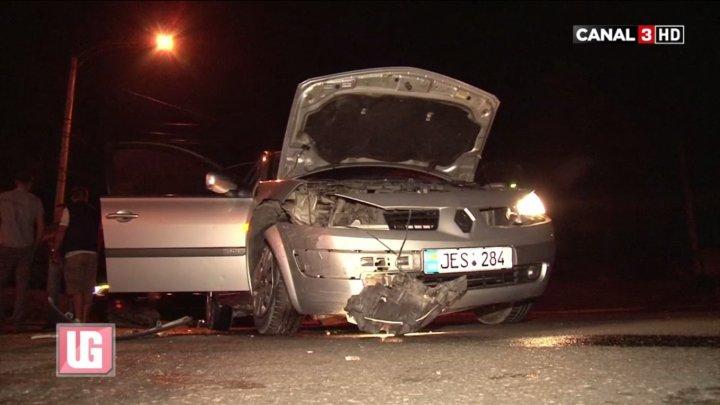 Neatenţia l-a costat scump! Un şofer a intrat fără să se asigure într-o intersecţie şi şi-a făcut maşina ZOB