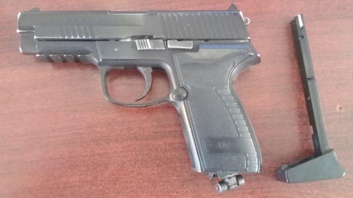 Un ucrainean a încercat să intre în Moldova cu un pistol pneumatic în geantă