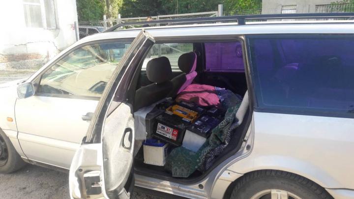 250 de cutii cu narghilea şi 33 de acumulatoare uzate, ascunse în vederea transportării ilicite la frontieră