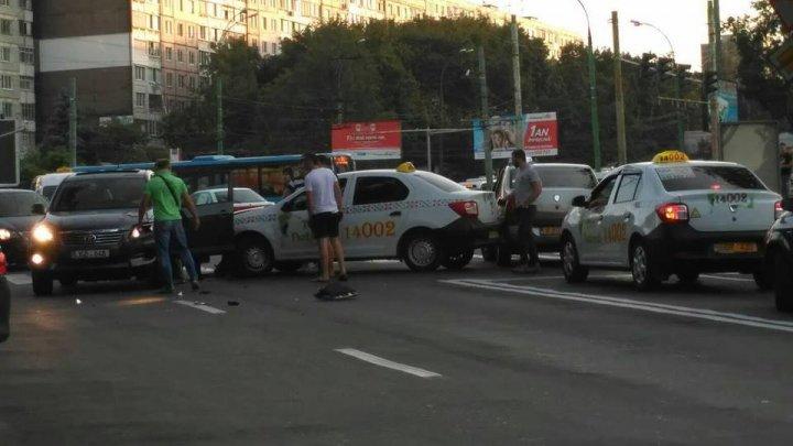 Accident în sectorul Botanica al Capitalei. Un automobil s-a ciocnit violent cu un taxi (FOTO)
