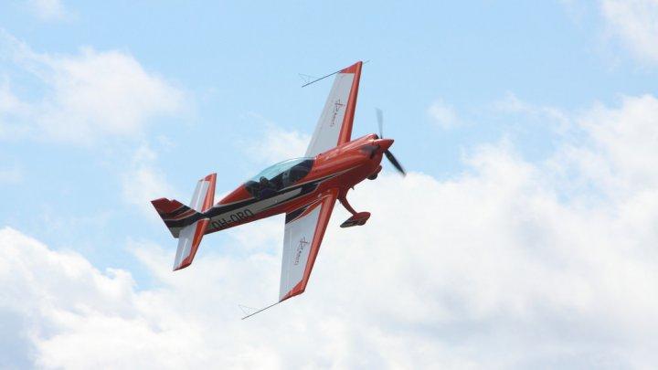 Spectacol pe cer! 40 dintre cei mai buni piloţi din lume s-au reunit la Campionatul Mondial de Acrobații Aviatice