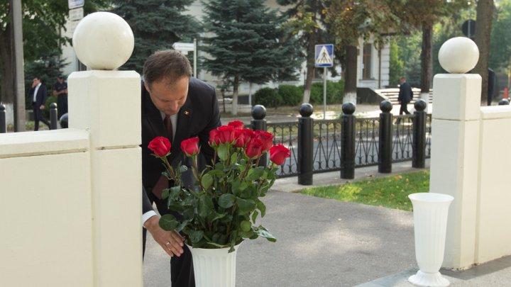 9/11. Andrian Candu a depus flori la ambasada SUA în memoria victimelor atentatelor teroriste