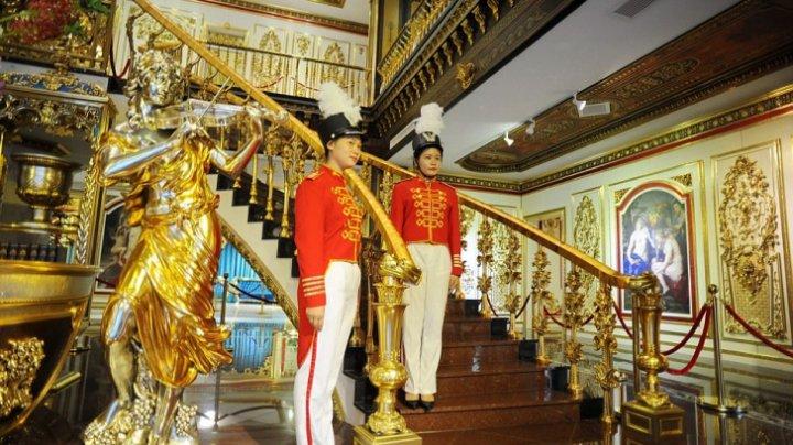 """Incredibil! Cum arată fabrica din China pe care patronul a transformat-o în """"Palatul Versailles"""" (FOTO)"""