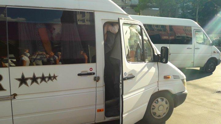 Ca pe sacii de cartofi. Cum sunt transportati oamenii cu microbuzele din Chișinău (FOTO)