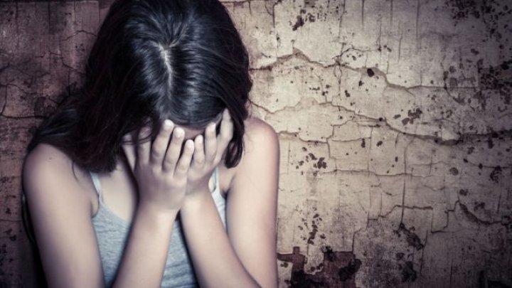 O adolescentă de 14 de ani a fost violată de 40 de bărbaţi timp de 8 luni
