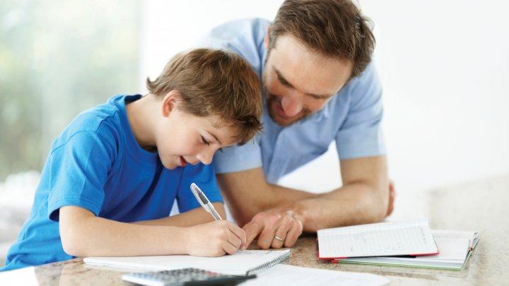 Studiu: De ce nu trebuie să îţi lauzi copilul pentru inteligenţa sa