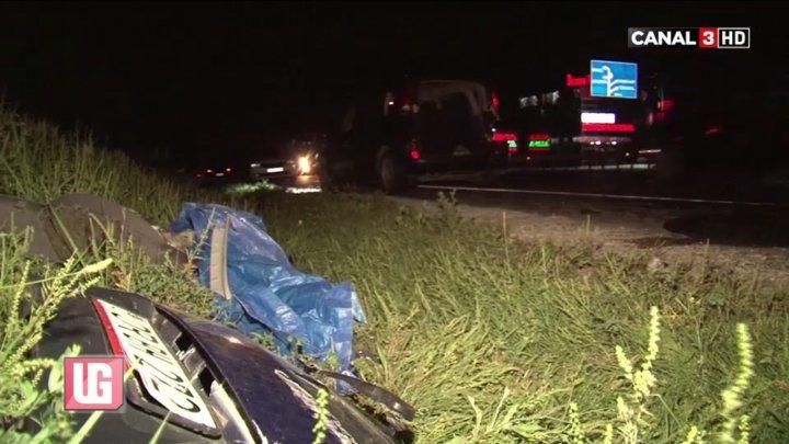 Şi-a făcut praf automobilul şi a părăsit locul accidentului. Un şofer este căutat de poliţie (VIDEO)