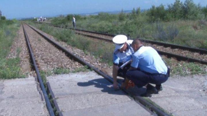 Șocant! Un copil de 4 ani a fost spulberat de tren, după ce a fost lăsat singur în căruță