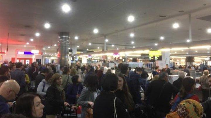 Haos pe mai multe aeroporturi din lume, oamenii aşteaptă la cozi uriaşe