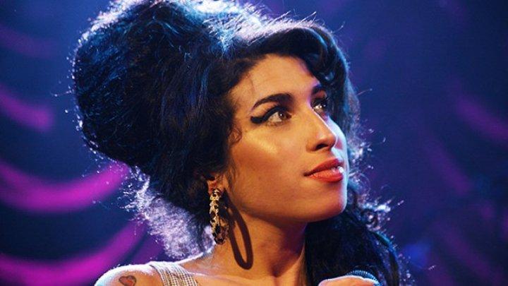 Amy Winehouse ar fi împlinit astăzi 34 de ani. Actrița a murit în urma unei supradoze de droguri