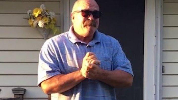 Emoţii pâna la lacrimi! REACŢIA unui tată atunci când copiii i-au luat ochelari speciali ca să poată vedea culorile (VIDEO)