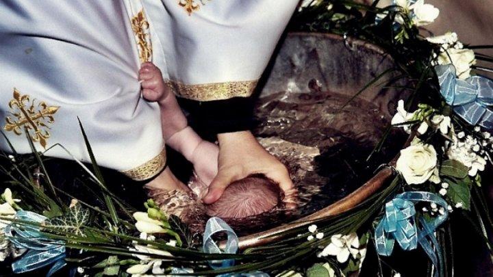 Misterul morţii după botez a bebeluşului din Iaşi. Cum explică Mitropolia scufundarea de trei ori în cristelniţă