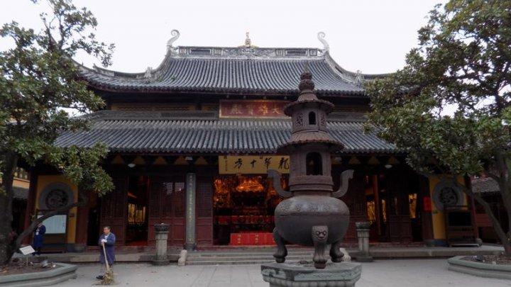Schimbare în CHINA. Un templu budist de 2.000 de tone a fost deplasat cu 30 de metri