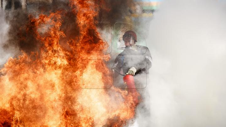 INCENDIU urmat de o EXPLOZIE în oraşul Codru. La fața locului au intervenit două echipaje de pompieri (VIDEO)