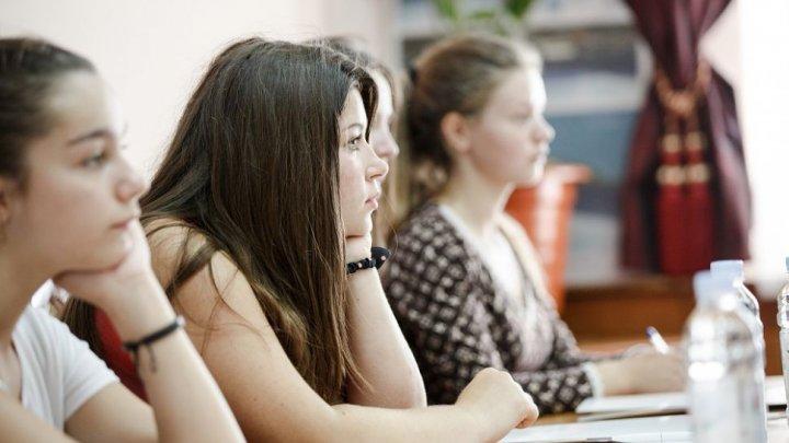 Elevii români revin la școală. În ţara vecină încep pregătirile pentru evaluările naționale